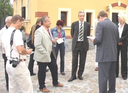Ministerpräsident Tillich im Gespräch mit Pressevetretern und dem Burkauer Bürgermeister Herrn Richter